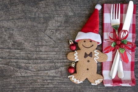 christmas-table-place-setting-with-gingerbread-man-cookie_1357-504